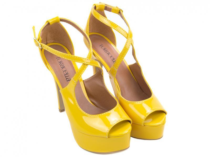 9ba4da807 Sandália salto alto fino amarelo festa torricella nº 37 - R  236.99 ...