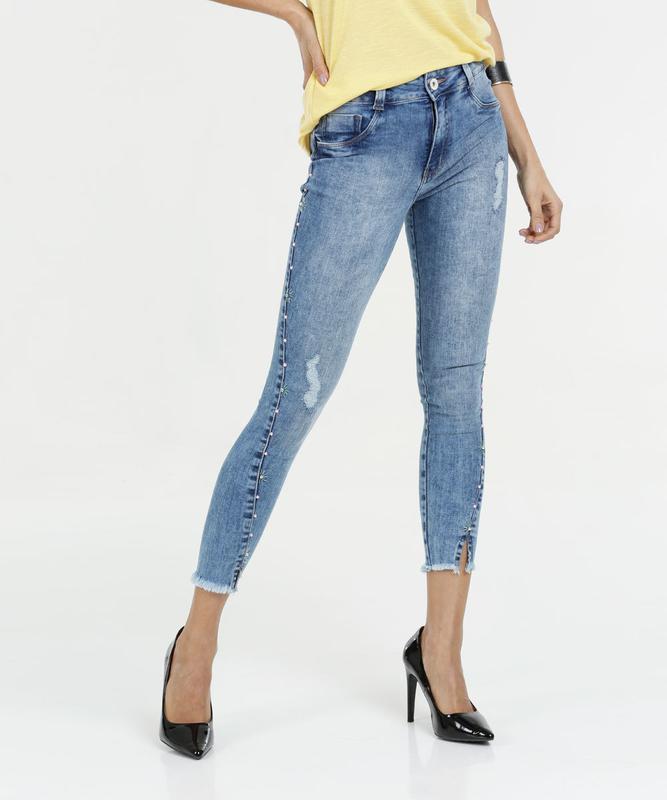 18db33cfc Calça feminina jeans pérolas sintéticas capri biotipo - R  139.00 ...