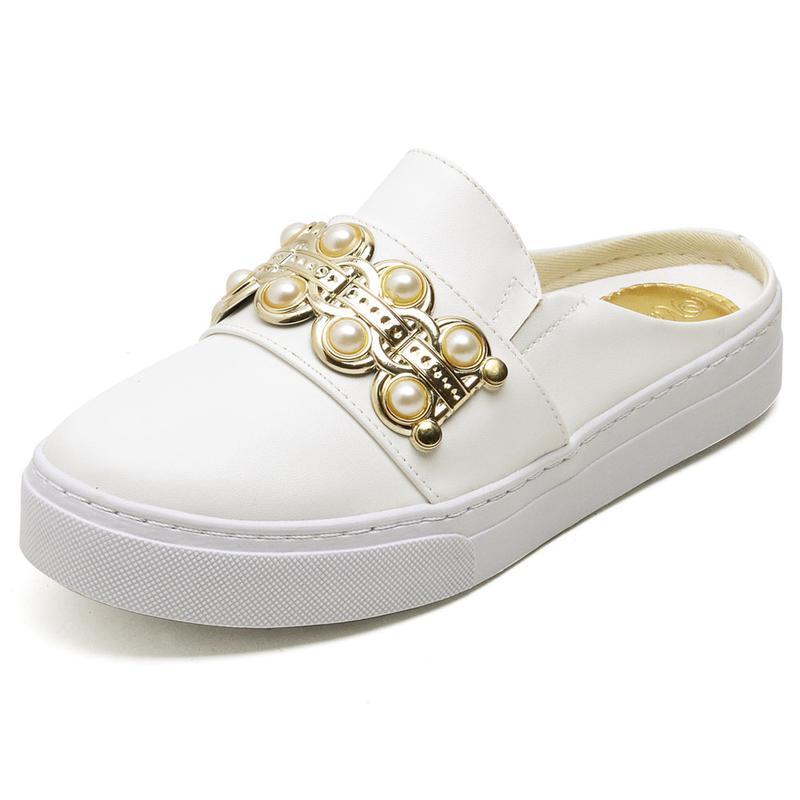 6b18511faaf Tênis casual babuche feminino branco detalhe dourado com pérolas - R ...